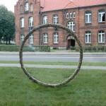 R.Rychter, KADR obiekt, 2014 r. wymiary: okrąg ośrednicy 220 cm materiał: piaskowiec Realizacja wprzestrzeni miejskiej zawiercia