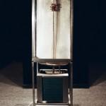R.Rychter, CHCIAŁBYM MIEĆ SYNA, KTÓRY BĘDZIE MOIM OJCEM asamblaż, 2002 r. wymiary: 146x45x50 cm materiał: miedź, blacha, szron, trzy kręgi, pot, mleko
