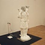R.Rychter, INSTANT CHRIST instalacja, 1999 r. wymiary: 176x200x200cm materiał: szron, pot, aluminium, agregat chłodniczy, rozdzielnik chemiczny