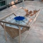 R.Rychter, AGREGAT obiekt, 2006 r. wymiary: 200x100x70 cm materiał: drewno, plexi, biała farba, niebieska farba wproszku, rura miedziana.