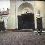 St. Gruszka, Karol Wojtyła Papież orazStefan Wyszyński - widok sprzed wejścia dozabytkowego kościoła Przemienienia Pańskiego wJeziórce