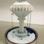 R.Rychter, FONTANNA ALEATORYCZNA obiekt: 220x160x160 cm pojemniki zfarbami, płytki ceramiczne, miedź, marmur, pędzle, cieknąca woda, osad zfarb